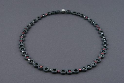 Halskette aus Hämatitringen mit Perlen